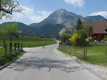Die Straße steigt anfangs noch leicht bis zum Abenteuer- und Kletterpark, ...