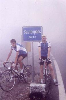 Sustenpass, im kurzen Outfit durch den Nebel.