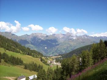 .La Plagne - schon sehr weit oben mit Sicht auf eine von vielen Retortenorten am Anstieg.