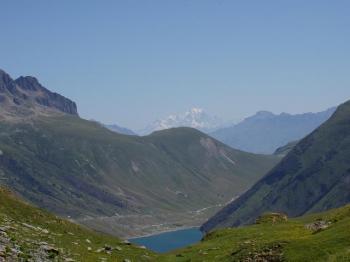 Mont Blanc, Col du Glandon (rechter Rand) und Lac de Grand Maison - und viele Tour-Fans.