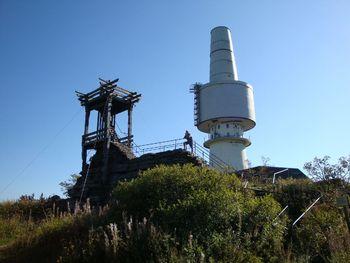 """Auf dem Schneeberggipfel. Im Vordergrund der Aussichtsturm (""""Backöfele""""), im Hintergrund der ausgemusterte Radarturm"""