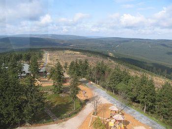 Blick von der Schanze auf die Zufahrt zum Berg.