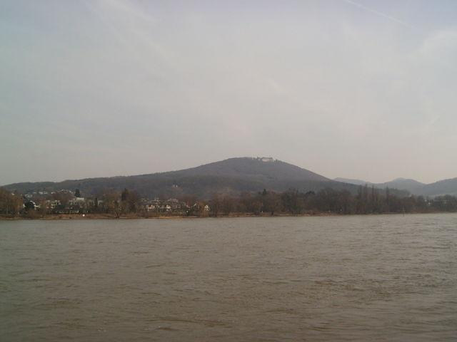 Petersberg von der anderen Rheinseite aus gesehen.