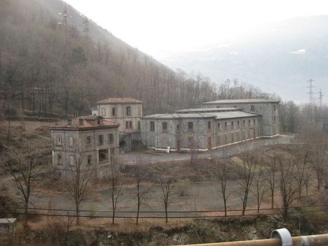 Bei Tirano. Lange geschlossenes Grenzhotel Castello di Piattamala