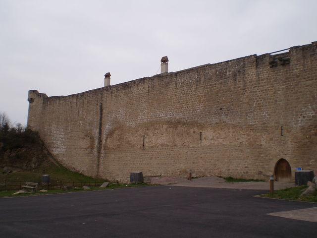 Dort oben auf der Mauer steht normalerweise das Burgfräulein und wirft dem tapferen Radler schmachtende Blicke zu.