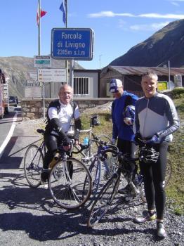 Bis hier noch recht locker: Das erste Gipfelfoto am Forcola di Livigno.
