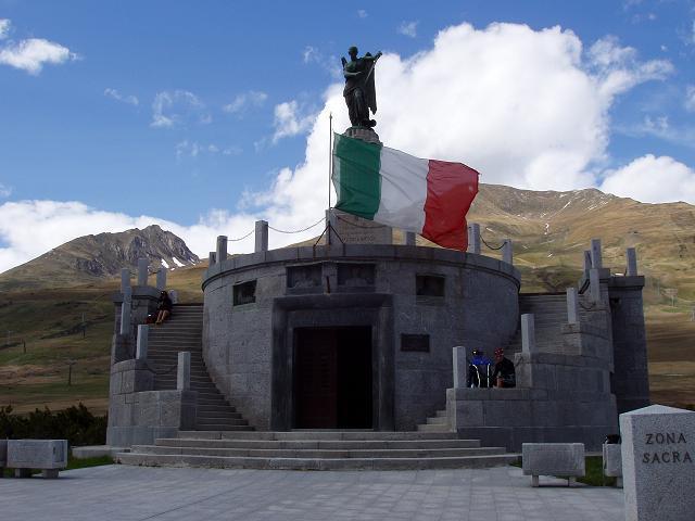 Monument an der Passhöhe.
