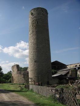 Der Turm der Burgruine Strauáberg.
