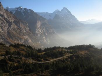 Herbststimmung: hinten der Eiger, rechts davon die Kleine Scheidegg