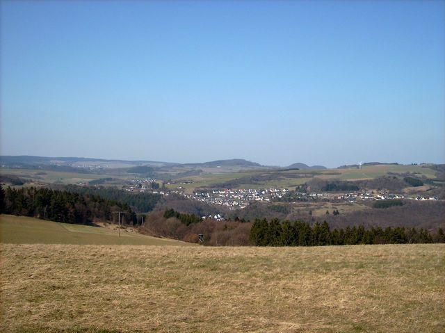 Blick auf Volkesfeld auf der anderen Seite des Nettetals.