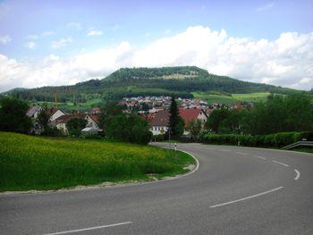 Blick zurück von der ersten Kehre über Wehingen zum Hochberg.