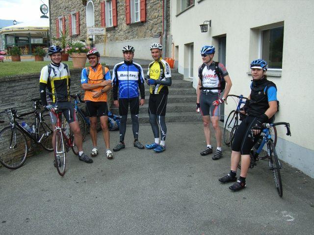 Noch etwas skeptisch, ob das Wetter halten wird, stellt sich die Gruppe der ersten Etappe.