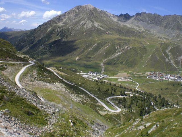 Blick von der Auffahrt zum Finstertaler Stausee auf Kühtai und die Umgebung des Passes