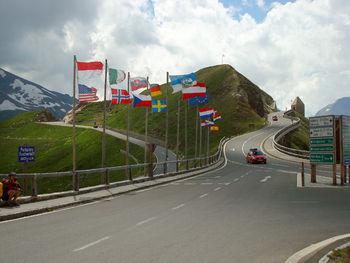 -Viele Nationalflaggen.