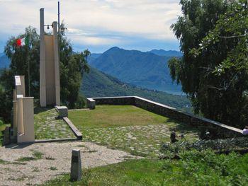 Ehrenmal der italienischen Gebirgsjäger (Alpini).