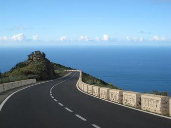 Straße über dem Meer.