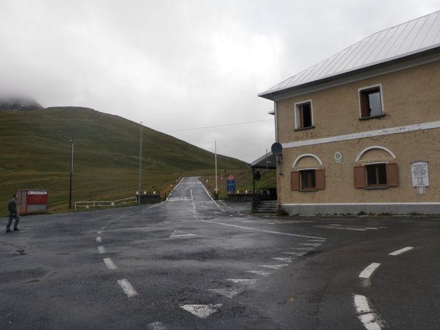 Die Abfahrt vom Stelvio am morgen: Keinen Regen mehr aber nasse Fahrbahn. Hier der Abzweig zum Umbrail