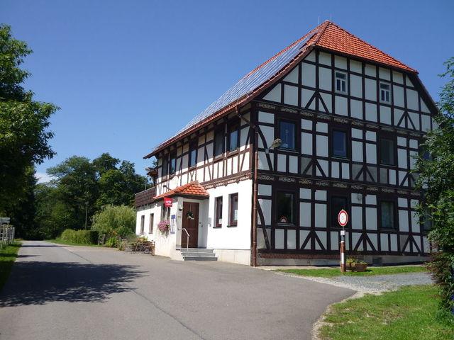 ehem Forsthaus auf Höhe des Eingangs kann gestoppt werden.