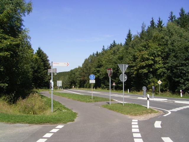 Blick vom Kreisverkehr am Hochpunkt zurück auf die Westanfahrt.