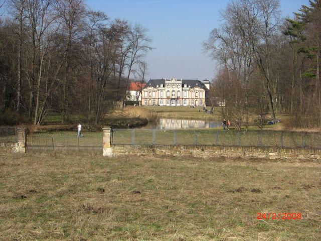 Nachdem man die Autobahn am Erfurter Kreuz überquert hat, bietet sich diese Ansicht von Schloss Molsdorf mit Park.