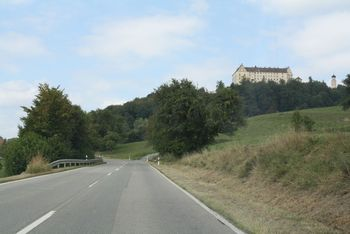 Südauffahrt Leutstetten mit Blick auf das Schloß Heiligenberg.