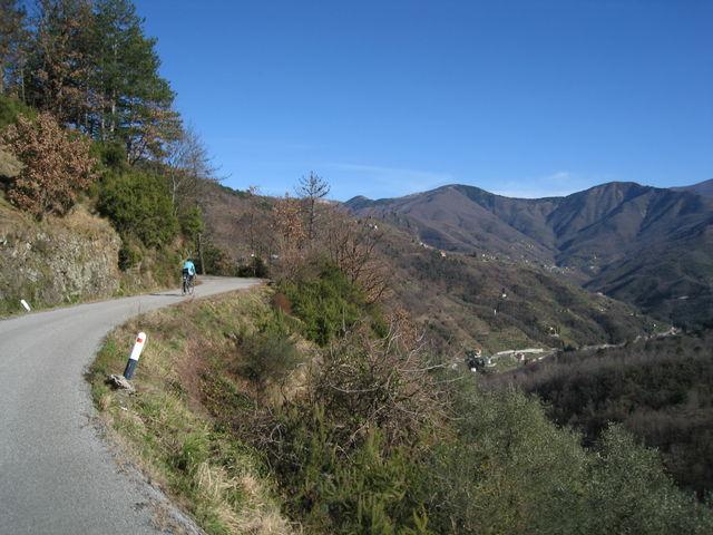 Diese Auffahrt verläuft hoch an der Bergflanke. Unter sich sieht man das Val Sturla.