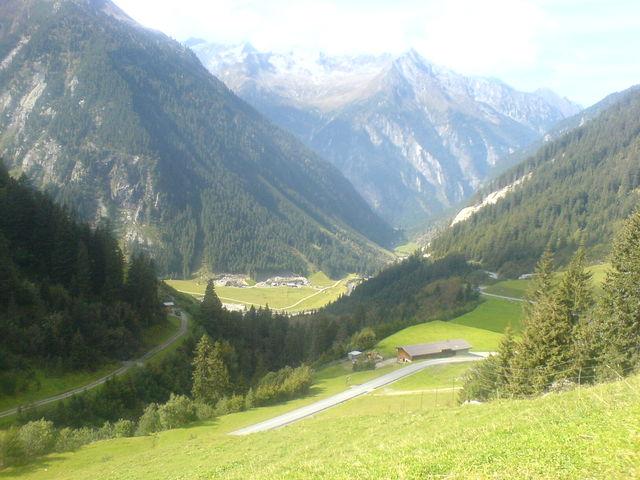 Blick auf die Bärenbadalm und das Tal