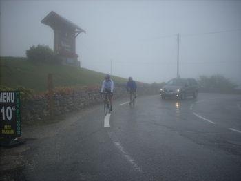Ankunft im Nebel: Der Col du Télegraphe gibt sich bedeckt.