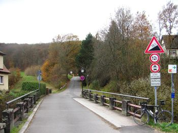 An dieser Brücke über den Goldersbach geht es los - sage keiner er sei nicht gewarnt worden !.