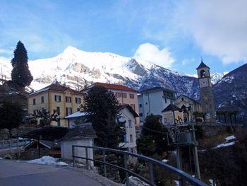 01 das schöne Mergoscia (731m) vor dem grandiosen Pizzo Vogorno (2442m), 5.1.10.