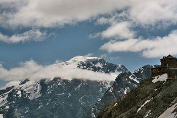 Just angekommen, reisst die Wolkendecke auf. Traumblick auf Tibet-Hütte und Tirol-König Ortler.