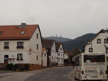 Der Blick von Tabarz hinauf zum großen Inselsberg.