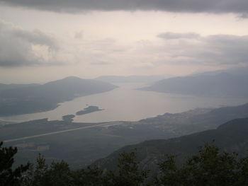 Die Bucht von Tivat mit dem Flughafen und der Insel Sveti Marco.