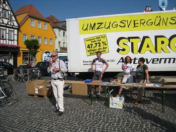 Der Bürgermeister von Bad Neustadt/Saale hält eine Ansprache.