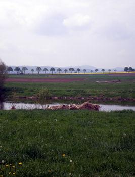 Der Köterberg im Dunst vom Wesertal aus.