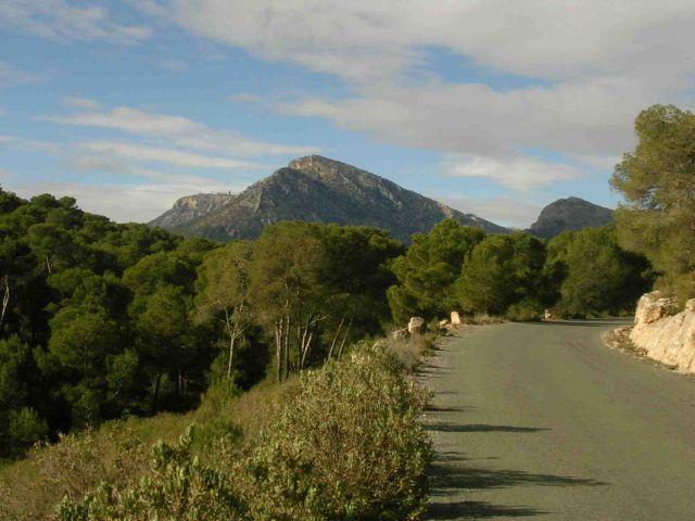 In der Entfernung erkennen wir unser Etappenziel: Der Morrón de Sierra Espuña