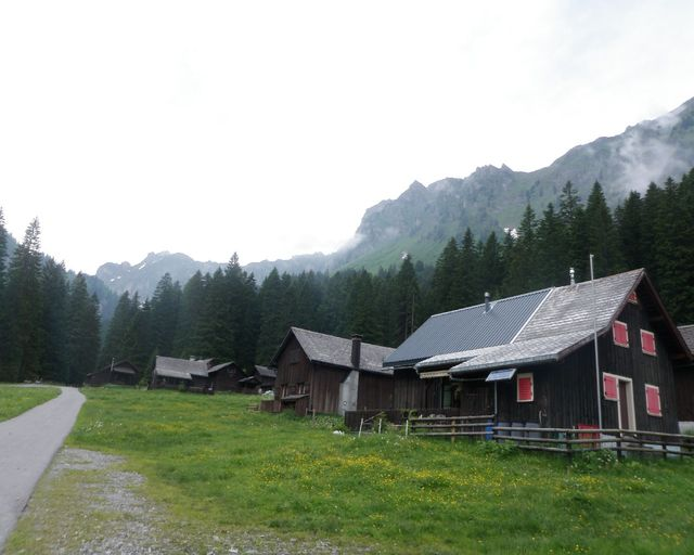 Ein paar Alphütten auf knapp 1200m