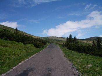 Schlusskilometer zur Passhöhe. Auf offener Fläche geht es noch immer mit über 10 % steil bergan. Hinter der Passhöhe wartet die Luční bouda zur Einkehr.