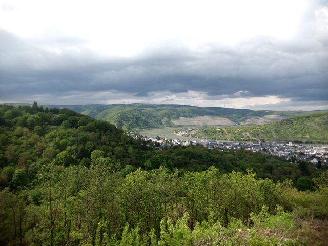 herrliches Panorama: Boppard mit Gedeonseck und Rheinschleife vom Aussichtspunkt in der fünften Kehre aus gesehen.