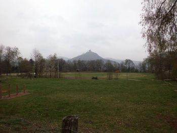 Die Aussicht auf die Burg Trifels an einem trüben und kalten Karfreitag 2012