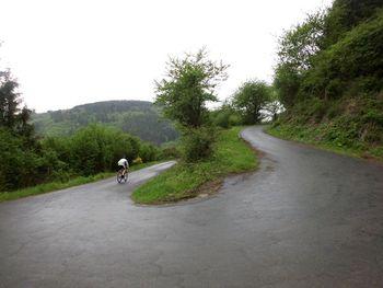 vierte Kehre - und ein weiterer Rennradler ist bei diesem miesen Wetter unterwegs...