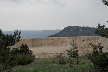 Blick über den Steinbruch Richtung [[Lochen paesse lochen]] zum Schafberg