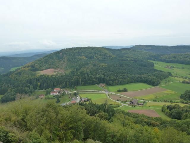 Blick von der Burg zur Passhöhe