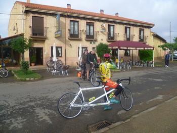 Vor dem Start in El Burgo Ranero: Zufällig treffen wir auf ein anderes Paar, das den Camino auf dem Tandem befährt.