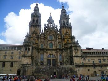 Fast am Ende der Alten Welt (Finisterre ist nicht weit) präsentiert sich die Kathedrale in Santiago de Compostela wie ein Raumschiff, das gen Himmel fährt.