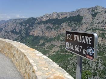 Ein neues Passschild. Gegenüber die Westauffahrt zum Col d'Ayen