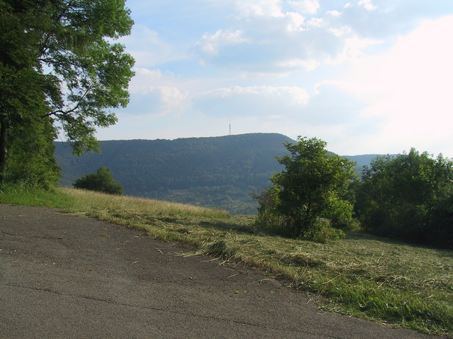 Rechts im Tal liegt Glems und das ist der Albtrauf.