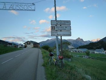 Aussois: yu have to turn left for the steeper mountainroad going to Plan d