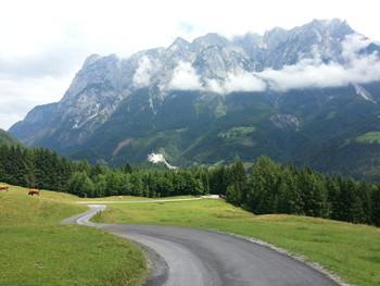 Unteres Drittel: Blick auf Tennengebirge. Im Vordergrund die Werfener Burg