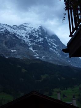 Blick am frühen Morgen aus dem Hotelzimmer direkt auf den Eiger